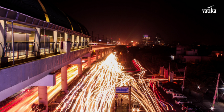 a night view hyperlapse of traffic near metro in gurgaon